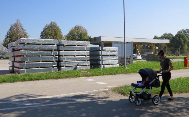 Sprejemno-registracijski center načrtujejo ob mejnem prehodu v Metliki in ob priljubljeni pešpoti do kopališča ob Kolpi. FOTO: Bojan Rajšek/Delo