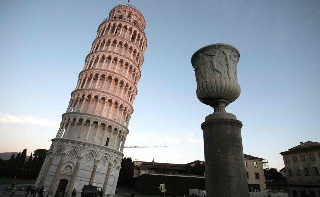 Stolp se je po osemsto letih vendarle začel ravnati. FOTO: AFP