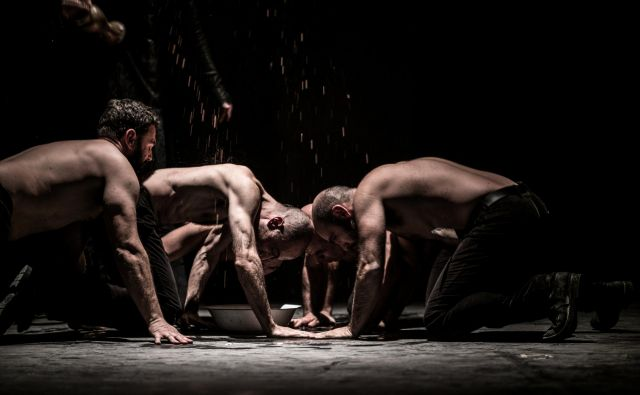 Na odru je sedem igralcev, a včasih se zdi, da jih je vsaj dvajset. Fotografiji Alessandro Serra