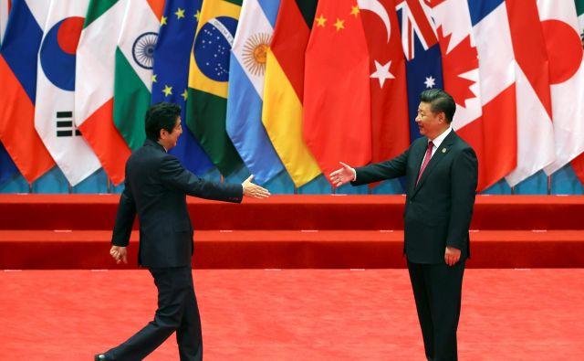 Od Japonske, ki je čedalje bolj v središču zapletene diplomacije na Daljnem vzhodu, pričakujejo, da bo dobra kitajska soseda. Na fotografiji kitajski predsednik Xi Jinping (desno) pozdravlja japonskega premiera Šinza Abeja na srečanju G20. FOTO: Reuters
