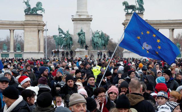 Udobna večina v parlamentu na zadošča več ne v Franciji ne na Madžarskem. Ljudje so na ulicah. FOTO: afp