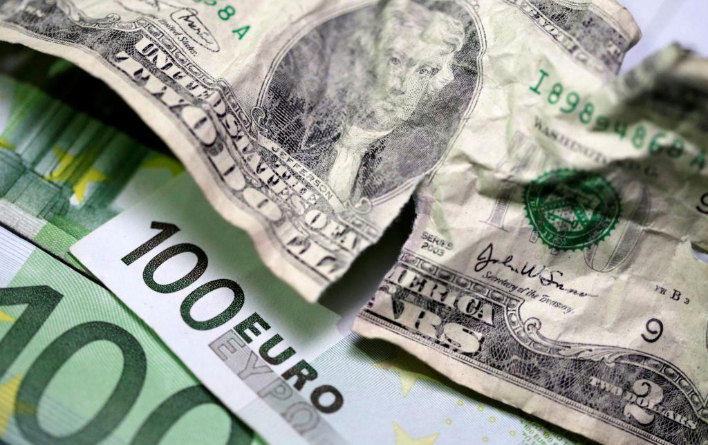 Bruselj želi, da bi evro spodrinil dolar