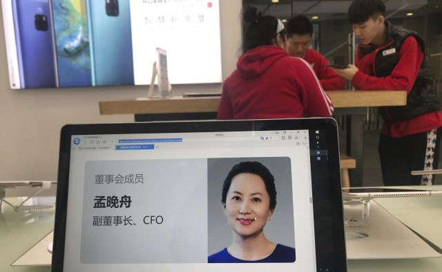 Meng Wanzhou na ekranu ene od trgovin Huaweia. FOTO: AP
