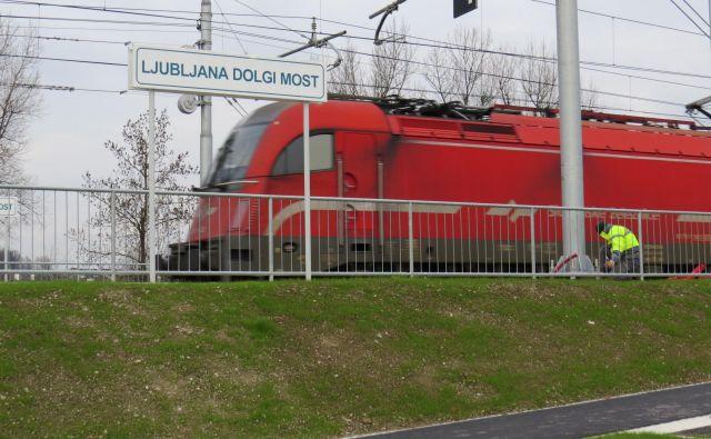 Novo železniško postajališče na Dolgem mostu bo odprto v nedeljo, ko bo začel veljati tudi nov vozni red. FOTO: Bojan Rajšek/Delo