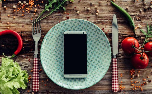 Bi za mizo odložili telefon? Foto Shutterstock