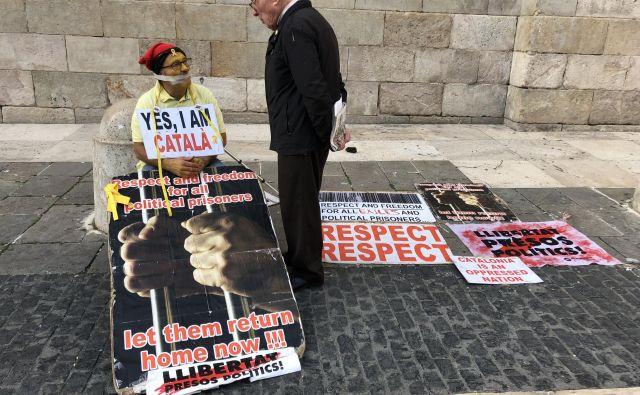 Protestnik se pred vladno palačo v Barceloni zavzema za izpustitev političnih zapornikov. Foto: Mimi Podkrižnik