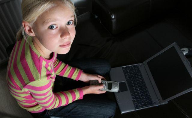 Otroci pričnejo uporabljati elektronske naprave prehitro, za kar so odgovorni starši. FOTO: Dokumentacija Dela