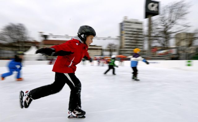 Pozimi 2015/16 se je drsalo in igralo hokej na Gospodarskem razstavišču. FOTO Matej Družnik/Delo