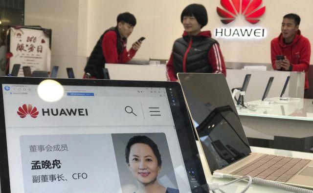 Finančno dirketorico družbe Huawei Sabrino Meng so prijeli na dan, ko sta kitajski in ameriški predsednik razglasila 90-dnevno premirje v carinski vojni. FOTO: Ng Han Guan/AP