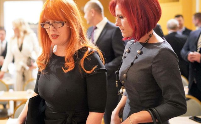 Marjana Volf (levo) in Breda Arnšek v torek še kot novi svetnici Celjske županove liste ob konstituiranju novega mestnega sveta. Volfova je postala tajnica v kabinetu župana, Arnškova pa podžupanja Celja. FOTO: Gregor Katič