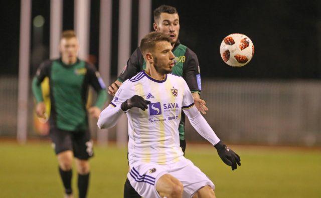 Z devetim golom je Jan Mlakar odprl tekmo v Velenju, a na klubski lestvici najboljših strelcev ga je pozneje ujel Luka Zahović. FOTO: Tadej Regent/Delo