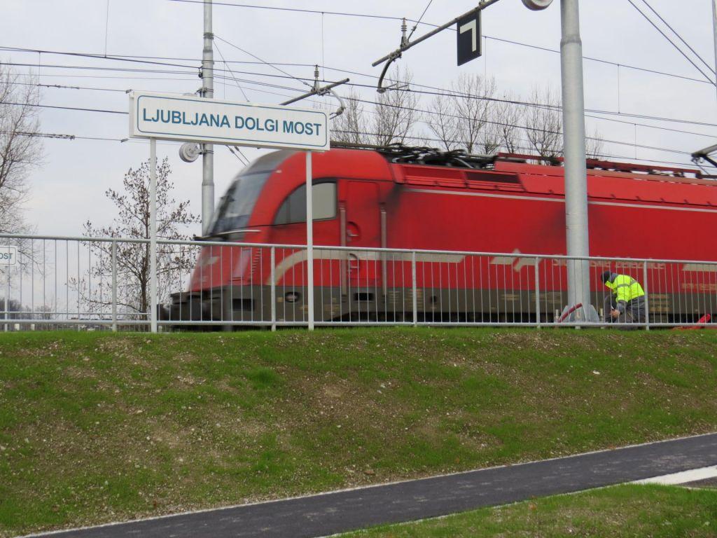 FOTO:Na Dolgem mostu in Lavrici vlak postaja tekmec avtomobilom
