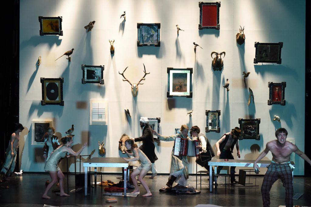 FOTO:Razstava v predstavi, predstava v razstavi