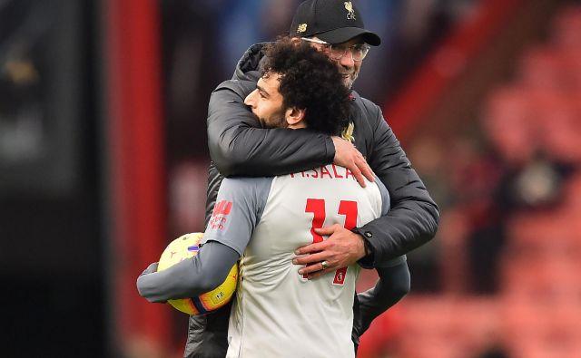 Trikratni strelec Mohamed Salah in Liverpoolov trener Jürgen Klopp sta se objela po visoki zmagi v Bournemouthu. FOTO: AFP
