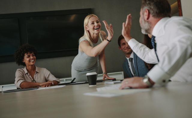 V prednosti so podjetja, v katerih vodje zaposlene ne samo slišijo, temveč jih tudi poslušajo ter jih spodbujajo, da s svojimi idejami prispevajo k rasti in razvoju organizacije. FOTO: Shutterstock