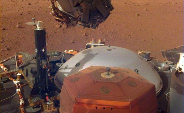 Insight: bakren šesterokotnik je seizmometer, za njim je zaščitni pokrov. FOTO: NASA/JPL-Caltech