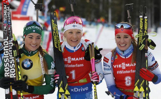 Na zmagovalnem odru sta družbo Kaisi Mäkäräinenovi (v sredini) delali Dorothea Wierer (levo) in Paulina Fialkova. FOTO: AP