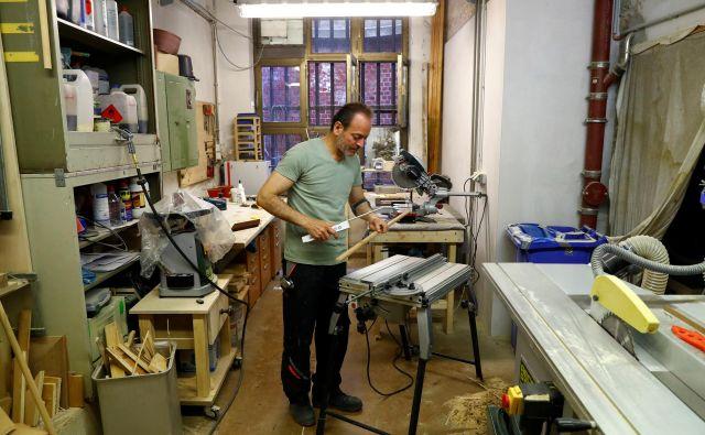 Sirski priseljenec Joseph Saliba v mizarski delavnici v Berlinu. FOTO: Reuters