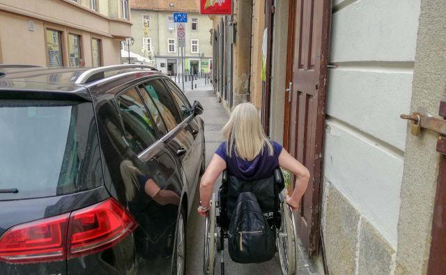 Študenti Fakultete za logistiko Celje so na lastni koži izkusili, s kakšnimi ovirami vse se morajo v starem mestnem jedru spoprijemati invalidi na vozičkih. FOTO: arhiv DPJŠ