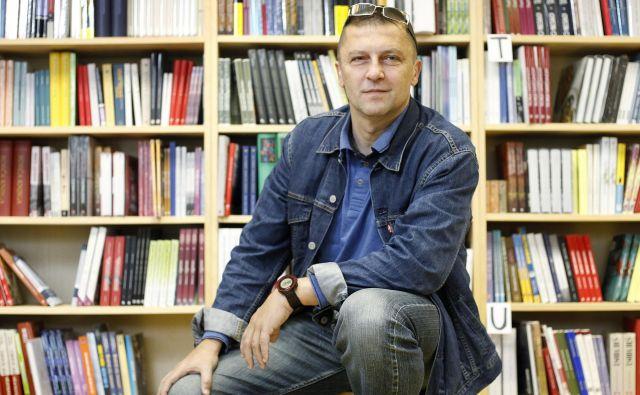 Samo Rugelj je urednik, založnik in publicist, ki je v svojih dosedanjih knjigah, nazadnje v Triglavskih poteh (2018), večinoma posegal po izpovednih temah in žanru stvarne literature. Resnica ima tvoje oči je njegov prvi leposlovni roman. FOTO: Leon Vidic