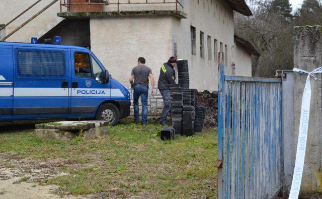 Kriminalisti in policisti so tri dni preiskovali domačijo v Praprečah pri Šentjerneju. FOTO: Tanja Jakše Gazvoda