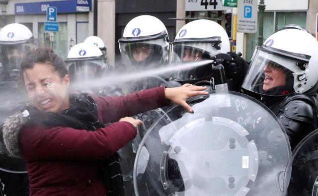 Ne samo v Franciji, tudi v belgiskem Bruslju potekajo protesti 'rumenih jopičev' proti visokim cenam goriva. Tako je policija poskušala umiriti eno od protestnic v Bruslju. Foto Yves Herman Reuters
