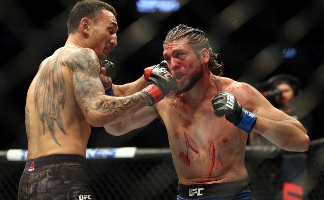 V Torontu sta se na osrednjem dogodku težko pričakovanega spektakla UFC 231 v oktagonu pomerila neporaženi izzivalec Brian Ortega in branilec naslova v peresno lahki kategoriji Max Holloway. Zmage se je s tehničnim nokavtom v četrti rundi veselil Holloway, potem ko je zdravnik presodil, da okrvavljeni in vidno poškodovani Ortega dvoboja ne more nadaljevati.Foto Vaughn Ridley Afp
