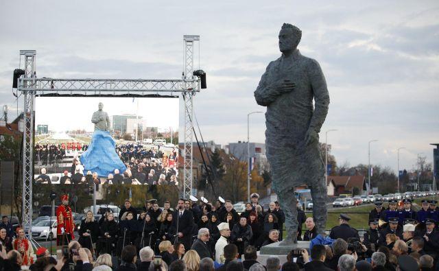 Kipar Kuzma Kovačić je pojasnil, da je hotel ovekovečiti trenutek, ko je Tuđman popeljal Hrvaško »iz suženjstva v svobodo«. FOTO: Dragan Matić/Cropix