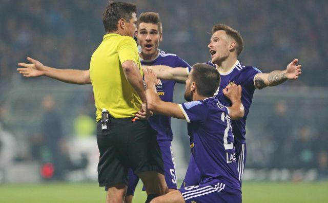 """Ko se je zataknilo, je Maribor """"zaropotal"""" tudi zunaj igrišča in bil za iskanje krivcev za slabše izide celo nagrajen. FOTO: Tadej Regent/Delo"""