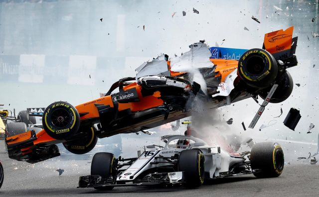 Formula One F1 - Belgian Grand Prix - Spa-Francorchamps, Stavelot, Belgium - August 26, 2018. McLaren's Fernando Alonso and Sauber's Charles Leclerc crash at the first corner. REUTERS/Francois Lenoir TPX IMAGES OF THE DAY Foto Francois Lenoir Reuters