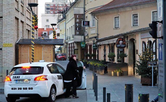 Z novim letom bodo v Celju taksi službo lahko opravljali le podjetja in posamezniki, ki bodo imeli dovoljenje mestne občine. Obveznih izpitov iz poznavanja mesta občina še ni organizirala. FOTO: Brane Piano/Delo