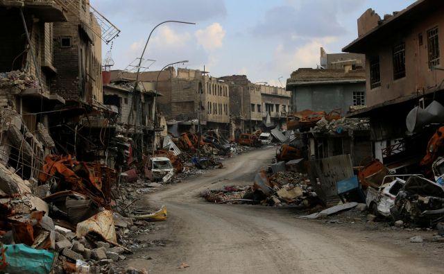 Uničenje, ki ga je v bombardiranju koalicijskih sil doživel Mosul, je bilo primerljivo z uničenjem nekaterih evropskih mest med drugo svetovno vojno. FOTO: Reuters