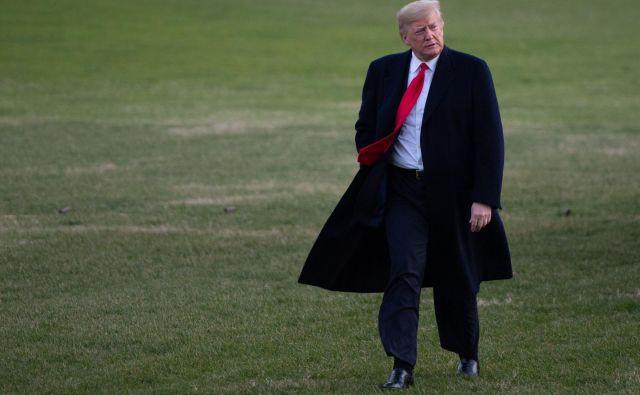 Donald Trump je čedalje bolj osamljen na vrhu ameriške oblasti in po mnenju kritikov zaradi tega vse bolj nepredvidljiv. FOTO: AFP