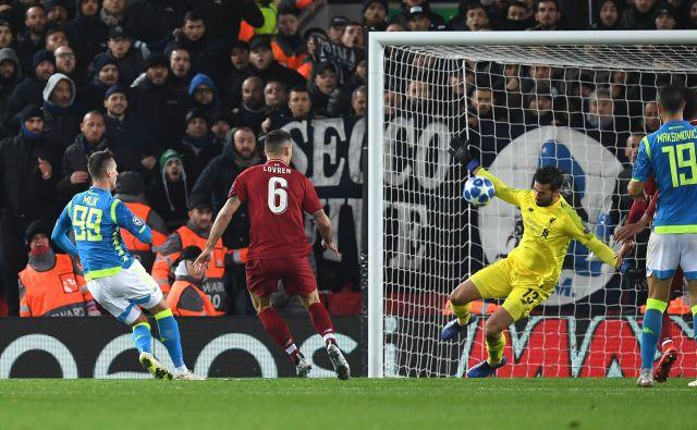 Alisson Becker je takole ubranil strel Arkadiusza Milika in rešil Liverpool pred zgodnjim izpadom. FOTO: AFP