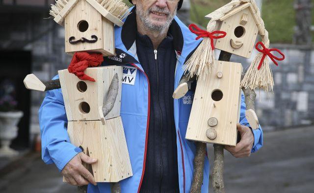 Brane Klakočar s ptičnicama v obliki dekleta in fanta. FOTO: Jože Suhadolnik