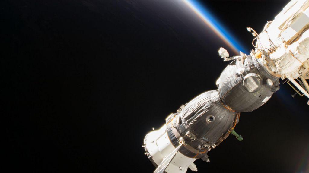 Ruska kozmonavta raziskala zunanje okoliščine luknjice na sojuzu (VIDEO)