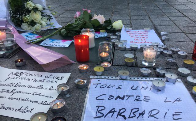 Evropski parlament se je žrtvam napada poklonil z minuto molka, delo je sicer, kljub manjšemu številu ljudi, vsaj v jutranjih urah teklo naprej. FOTO: Gašper Završnik