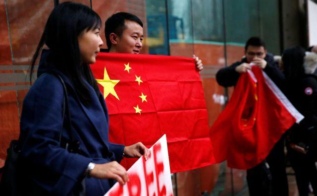 Protest podpornikov Meng Wanzhou pred stavbo sodišča v Vancouvru, ki je v sredo ponoči po plačilu varščine izpustilo iz pripora finančno direktorico tehnološkega giganta Huawei. FOTO Reuters