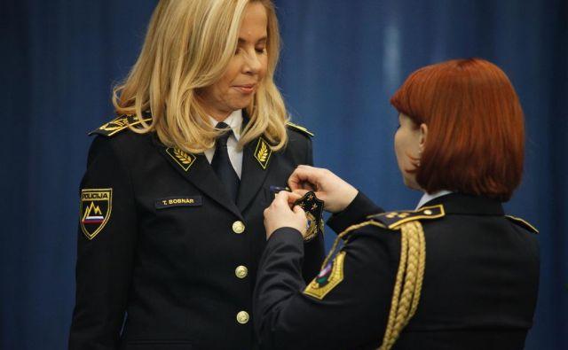 Tatjana Bobnar je danes še uradno prejela znak generalnega direktorja policije. FOTO: Slovenska policija