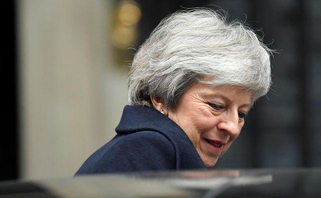 Britanska premierka Theresa May bo še nekaj časa ostala na položaju. FOTO: REUTERS/Toby Melville