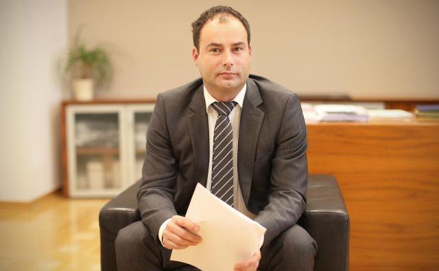 Andrej Slapar je na volilno sejo skupščine prišel z več kot enourno zamudo. FOTO: Jure Eržen/Delo