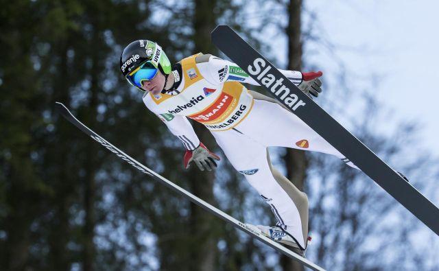 Domen Prevc je v Engelbergu zmagal leta 2016 in s 144 metri tudi postavil rekord skakalnice. FOTO: AP