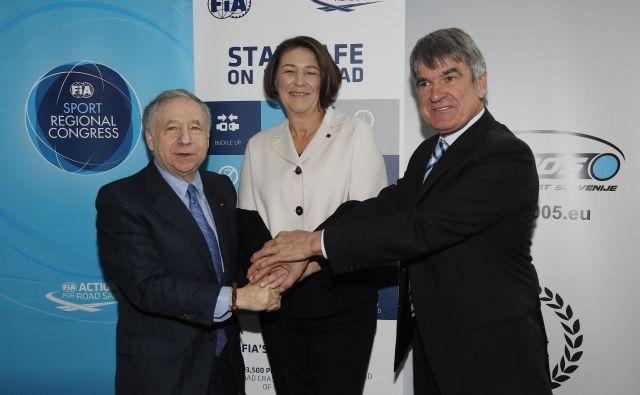 Evropska komisarka za promet Violeta Bulc in Tone Anderlič (desno), predsednik zveze AŠ 2005, sta se takole včeraj fotografirala z Jeanom Todtom, prvim možem FIA. FOTO: Leon Vidic