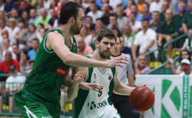 Paolo Marinelli (z žogo) je oktobra natresel Olimpiji 22 točk. Levo Mirza Begić. FOTO: Jože Suhadolnik Delo