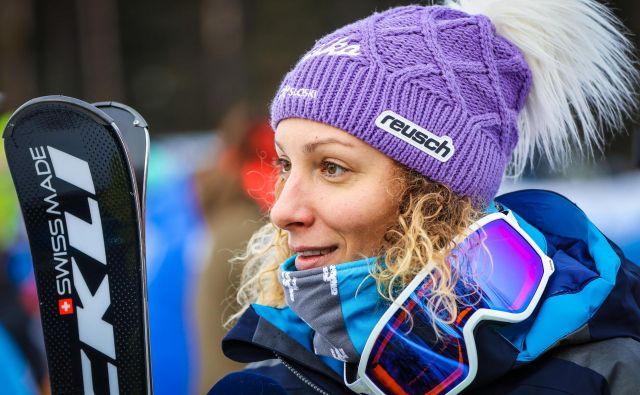 Ilka Štuhec bo kljub temu, da večino zime preživi na poti, lahko ostala v stiku z navijači. FOTO: Reuters