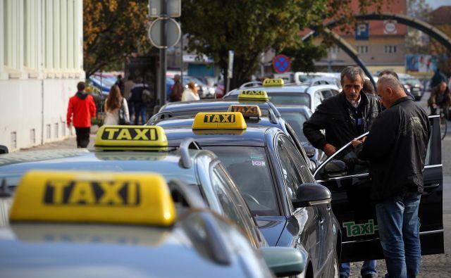 Člani Taxi društva Ljubljana prevažajo večinoma z luksuznimi vozili. Foto Blaž Samec