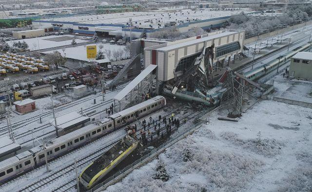 Prizorišče nesreče v železniškem prometu v Ankari. Hitri vlak je trčil z električno lokomotivo na železniški postaji turške prestolnice. V hudi železniški nesreči je umrlo več ljudi, medtem ko je poškodovanih več deset potnikov. Foto Ap