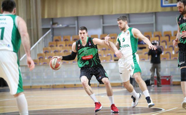 Aleksandar Lazić (z žogo) in Paolo Marinelli (ob njem) sta stopila v ospredje v odločilnih trenutkih derbija. FOTO: ABA