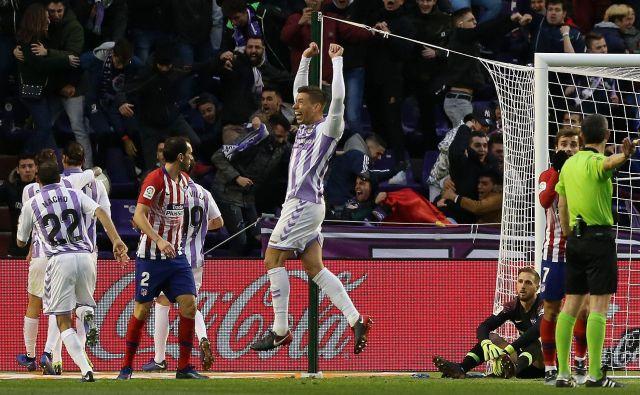 Jan Oblak (desno na tleh) je moral na gostovanju v Valladolidu (lastnik kluba je nekdanji brazilski napadalec Ronaldo) dvakrat po žogo v svojo mrežo, Atletico Madrid pa je skoraj zapravil vodstvo z 2:0. Zmagovalca je odločil Antoine Griezmann v 80. minuti s svojim drugim golom na tekmi. Foto AFP