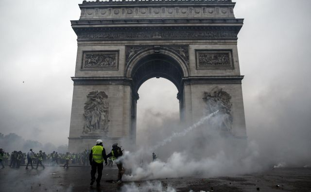 V Franciji je predsednik Emmanuel Macron izgubil nadzor, čeprav ga ne bodo giljotinirali, je politični mrtvec.<br /> Foto AFP
